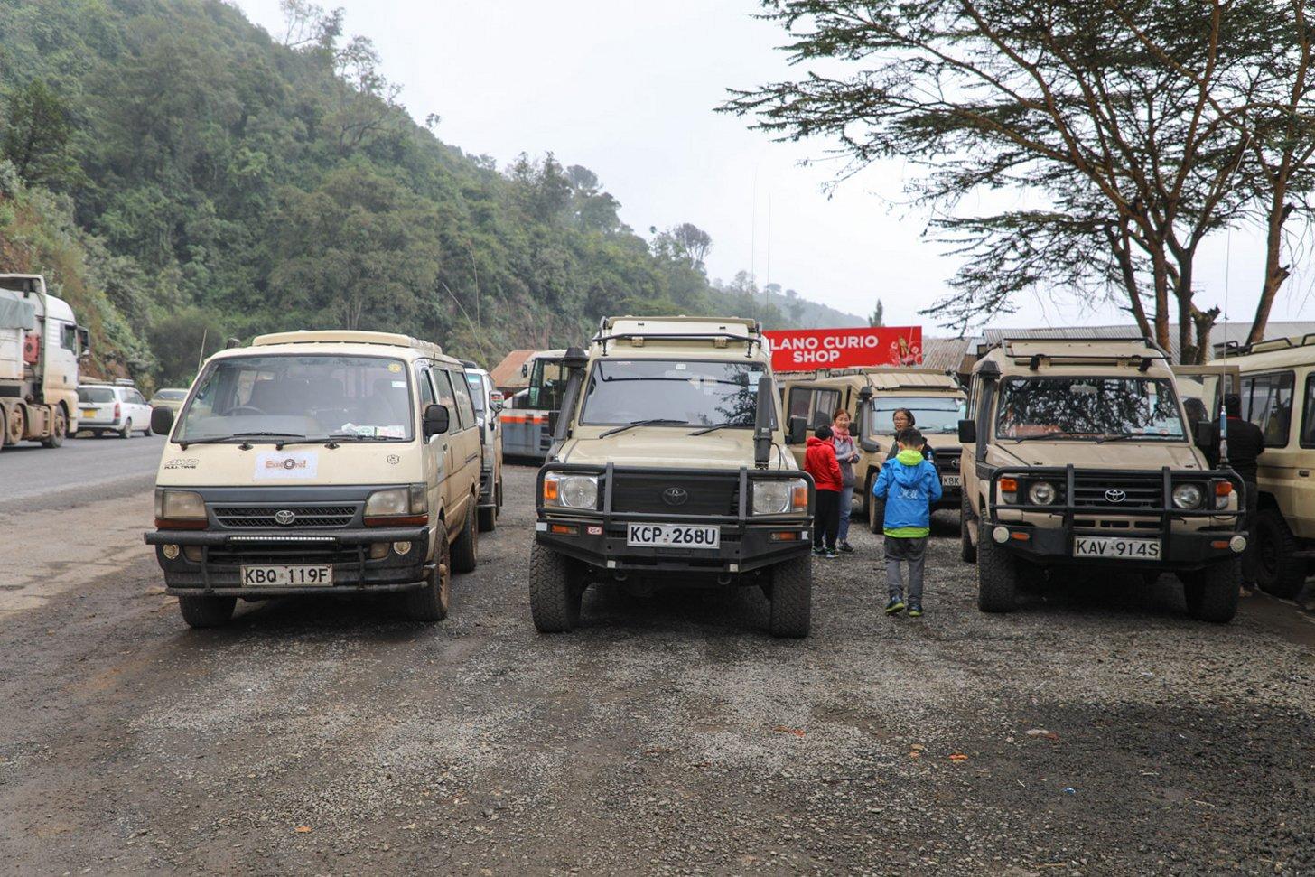 In Kenia wordt veel met busjes en 4x4 auto's gereden
