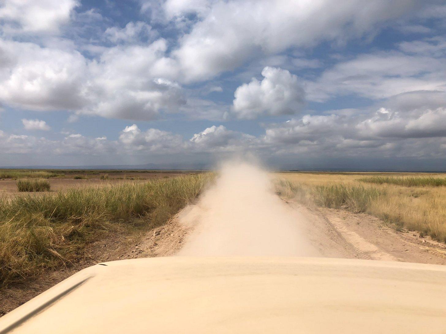 Het kan erg droog worden in Kenia. Kijk maar naar deze stofwolk achter de auto.